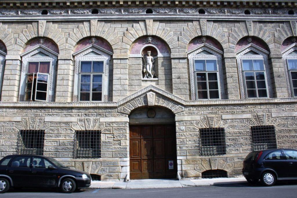 Mantua. Via Carlo Poma, Casa Giulio Romano, 1540-1544. Środkowa część fasady z charakterystycznym gzymsem wyłamującym się nad głównym wejściem w postaci trójkątnego szczytu. Fot. Jerzy S. Majewski