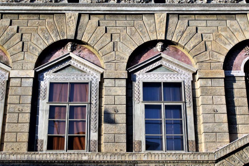 Mantua. Via Carlo Poma 18, Casa Giulio Romano.1540-1544. Okna piano nobile umieszczone w ostentacyjnie płytkich niszach. Fot. Jerzy S. Majewski