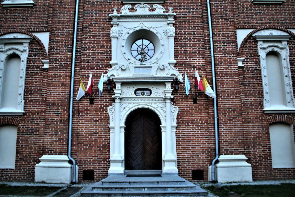 Gołąb. Kościół parafialny z lat 1628-36. Portal ze smokami. Fot. Jerzy S. Majewski