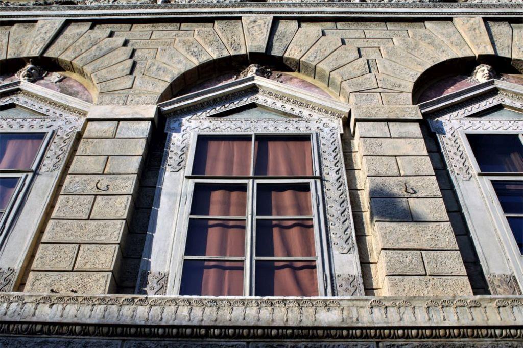Mantua. Via Carlo Poma 18, Casa Giulio Romano.1540-1544. Okno piano nobile. Warto zwrócić uwagę na dekorację obramienia okiennego. Fot. Jerzy S. Majewski