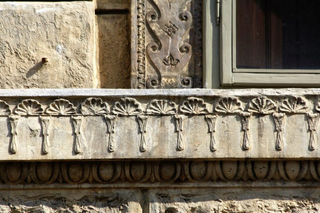 Mantua. Via Carlo Poma 18, Casa Giulio Romano.1540-1544. Fragment gzymsu kordonowego z nieortodoksyjną dekoracją. Fot. Jerzy S. Majewski