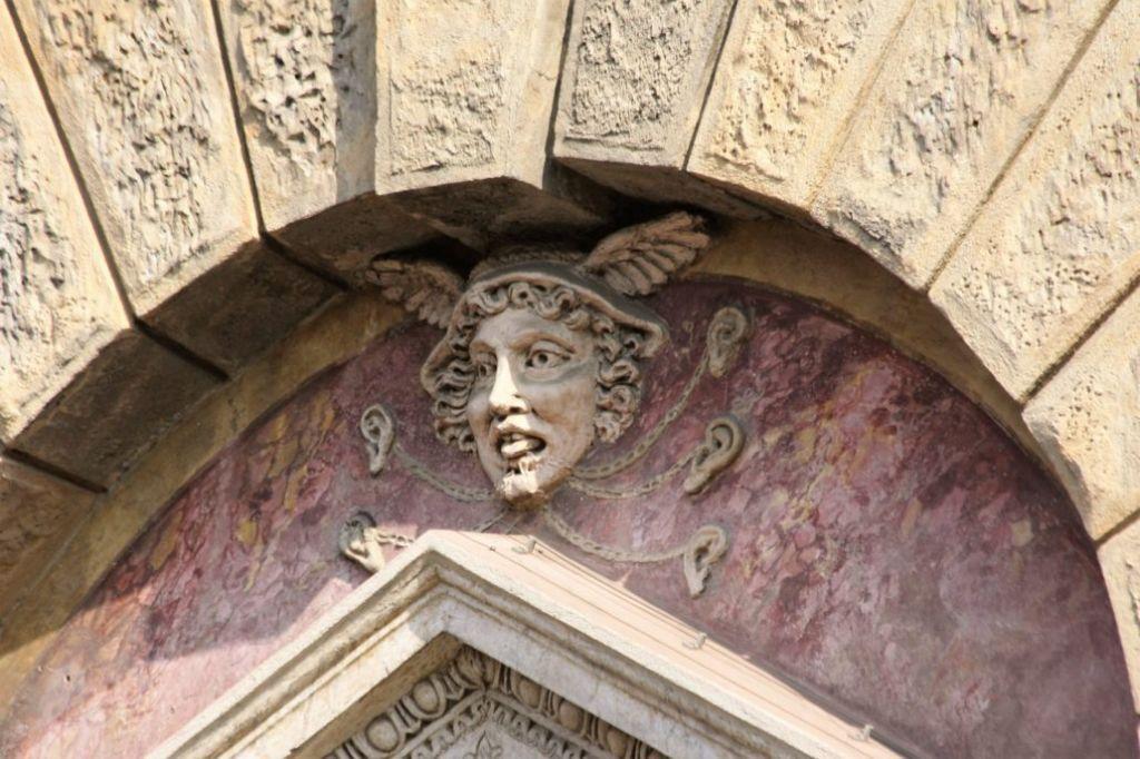 Mantua. Via Carlo Poma 18, Casa Giulio Romano, 1540-1544. Maska Merkurego w łuku niszy nad oknem Piano Nobile. Fot. Jerzy S. Majewski