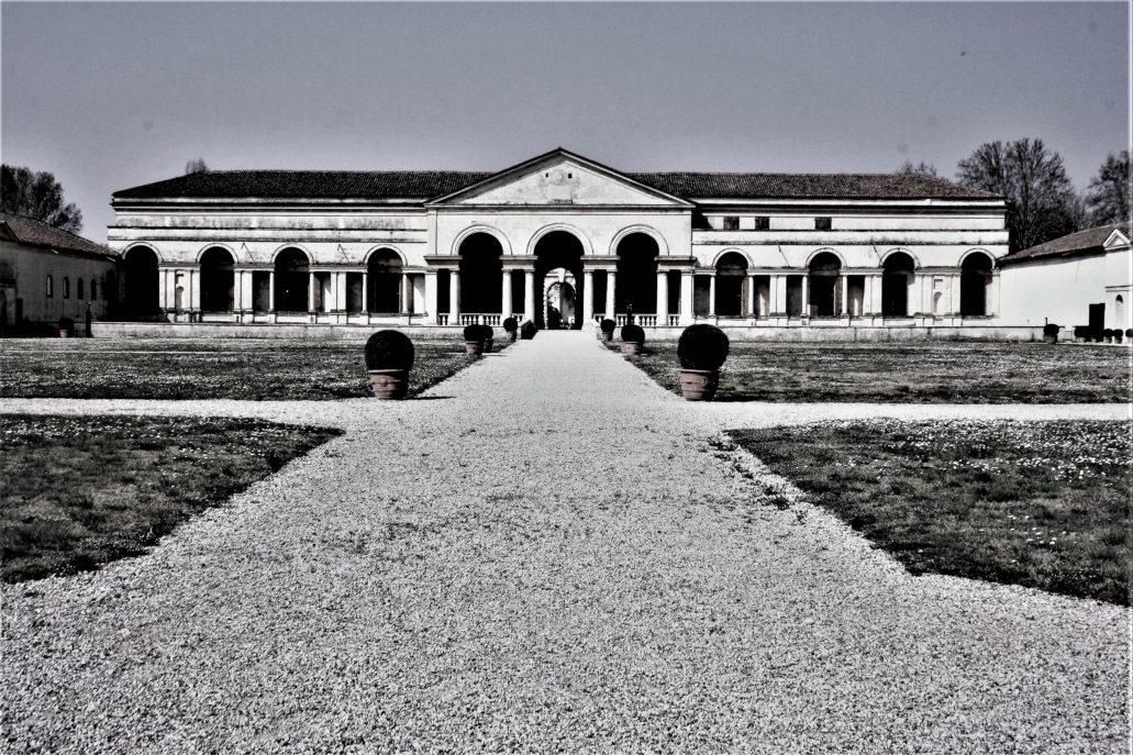 Mantua. Palazzo del Tè wzniesiony przez Giulio Romano dla Federico II Gonzagi w latach 1524-1534. Widok na oddzielona fosą elewację frontową od strony ogrodu i eksedry. Fot. Jerzy S. Majewski