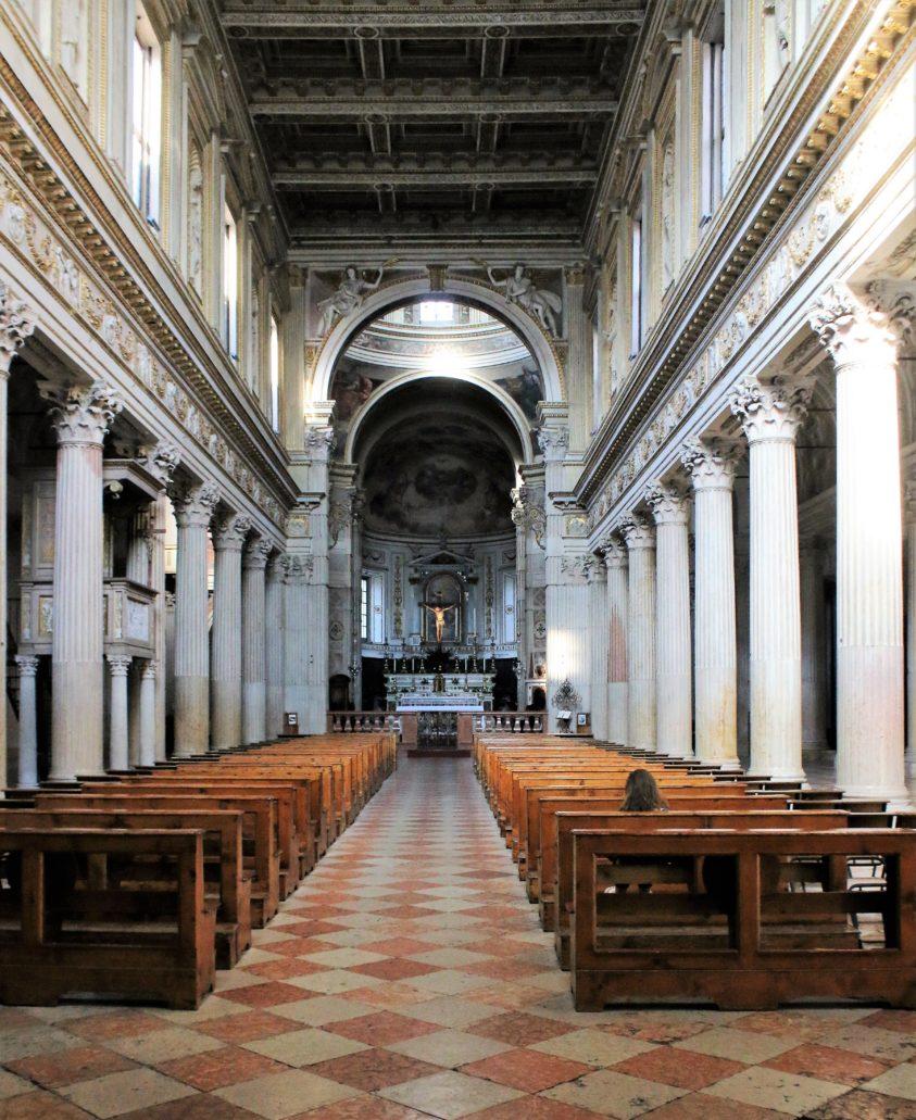 09.Mantua. Duomo di Montova (katedra św. Piotra). Pięcionawowy korpus przebudowany przez Giulio Romano do 1545 r. Architekt starał się wskrzesić w ten sposób architekturę Bazyliki św. Piotra w R