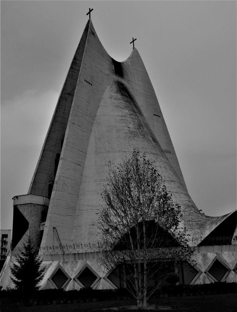 Kalisz. Kościół Miłosierdzia Bożego. Projekt 1958. Andrzej Fajans, Jerzy Kuźmienko. Realizacja 1977-91. Fot. Jerzy S. Majewski