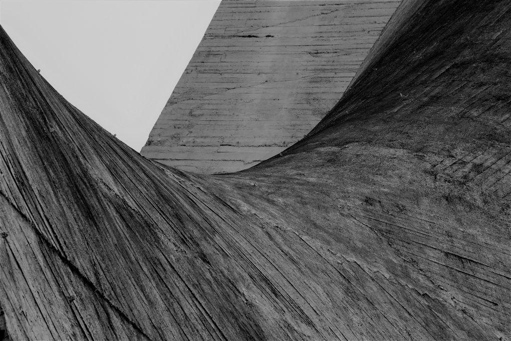 Kalisz. Kościół Miłosierdzia Bożego. Projekt 1958. Andrzej Fajans, Jerzy Kuźmienko. Realizacja 1977-91.Odbite w betonie szalunki. Fot. Jerzy S. Majewski
