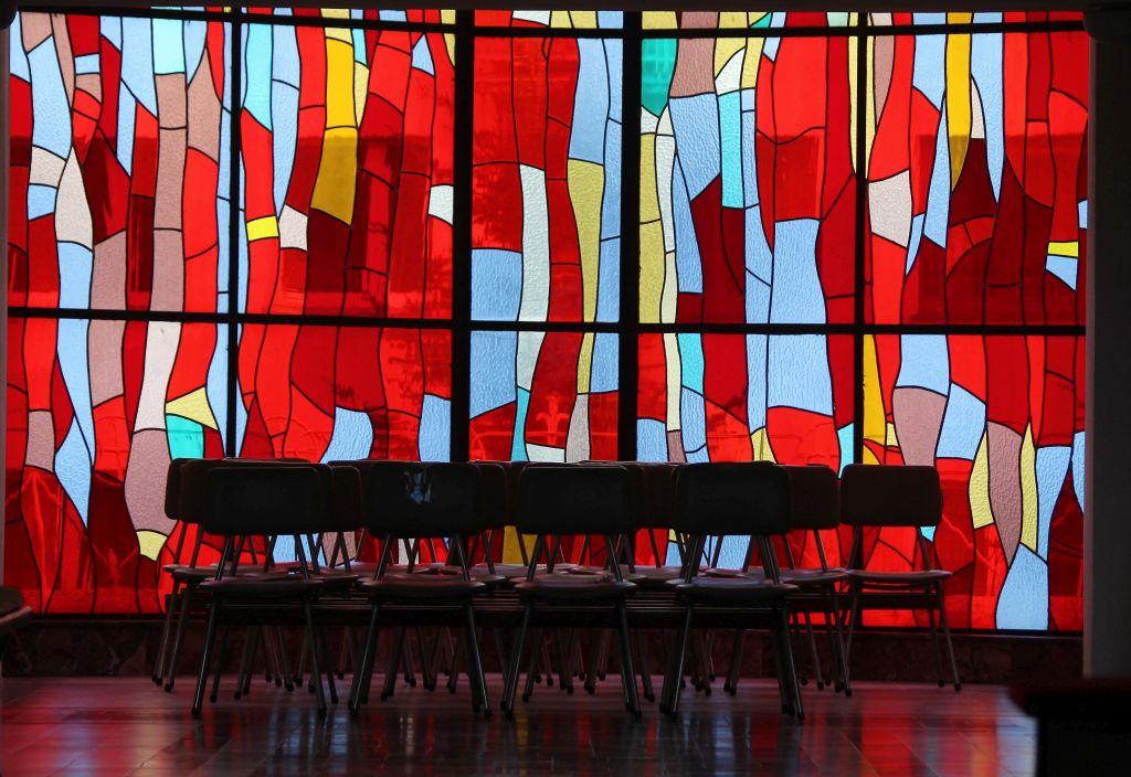 Kalisz. Kościół Miłosierdzia Bożego. Jeden z witraży. Projekt Włodzimierz Ćwir, wykonawca Piotr Dziemianowski, 2001. Fot. Jerzy S. Majewski