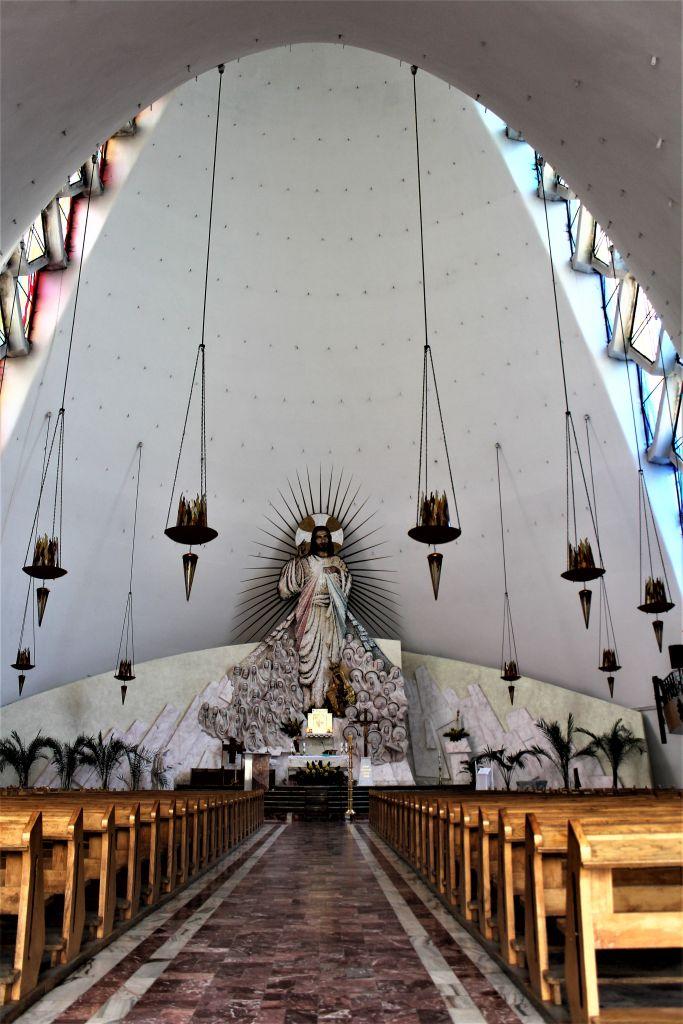 Kalisz. Kościół Miłosierdzia Bożego. Wnętrze nawy z widokiem na prezbiterium. Fot. Jerzy S. Majewski