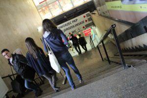 04-dworzec-autobusowy-zachodni-odstreczajace-zejscie-do-tunelu-niegdys-istnialy-tu-schody-ruchome-szybko-sie-jednak-popsuly-fot-jerzy-s-majewski