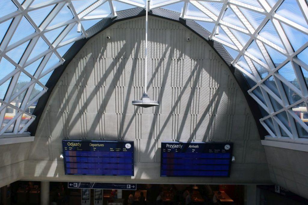 06-fragment-przeszklonej-wiaty-swietlika-nad-podziemna-hala-dworca-kolejowego-zachodniego-fot-jerzy-s-majewski