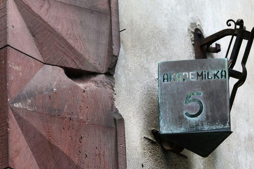 08-warszawa-fragment-ostrzelanego-portalu-akademika-przy-placu-narutowicza-fot-jerzy-s-majewski