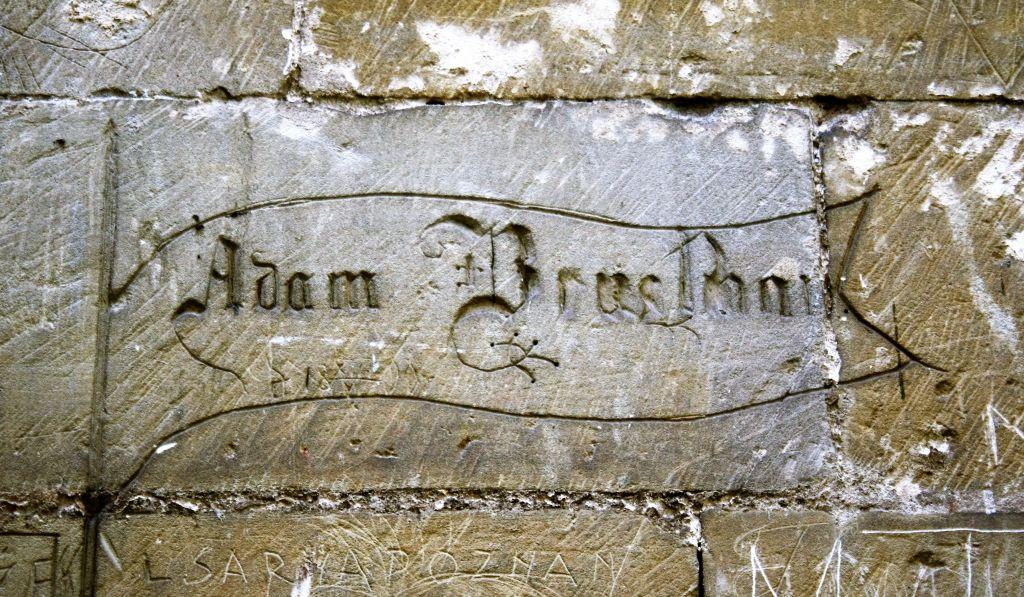 15-jedrzejow-napis-na-kamiennej-elewacji-kosciola-pocysterskiego-fot-jerzy-s-majewski