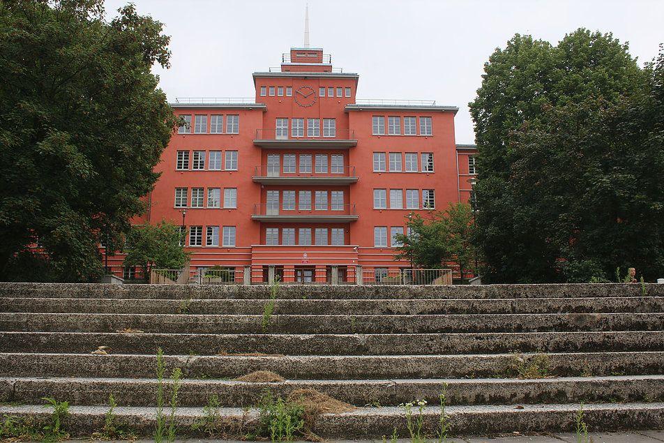 Elbląg. Elewacja frontowa dawnej Jahnschule przy dzisiejszej ulicy Agrykola. Widok od strony tarasów. Fot. Jerzy S. Majewski