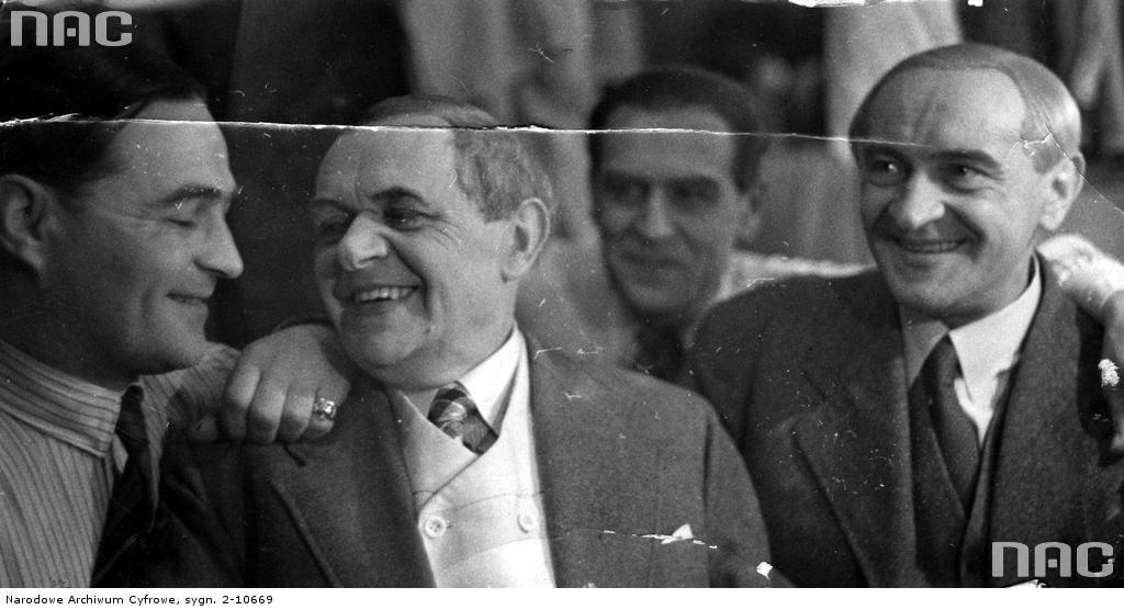 Znani aktorzy warszawscy. Od lewej na pierwszym planie. Adolf Dymsza, Antotni Fertner  i Józef Orwid. Fotografia z czasu okupacji. Fot. zbiory NAC