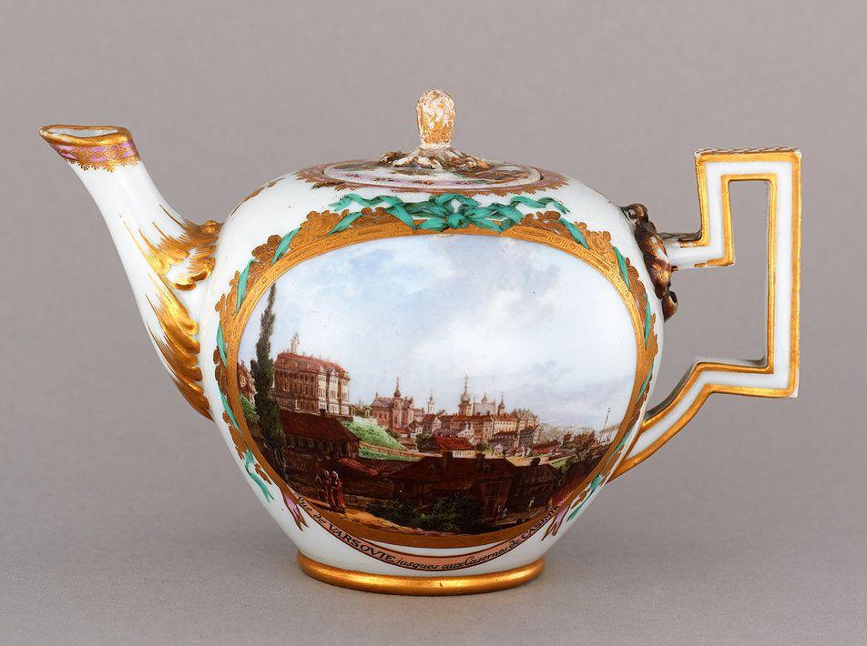 Imbryk z widokami Warszawy wg Canaletta z porcelany miśnieńskiej. Powstał pomiędzy  latami 1774, a 1816. W zbiorach Muzeum Warszawy. Fot. użyczona przez Muzeum Warszawy
