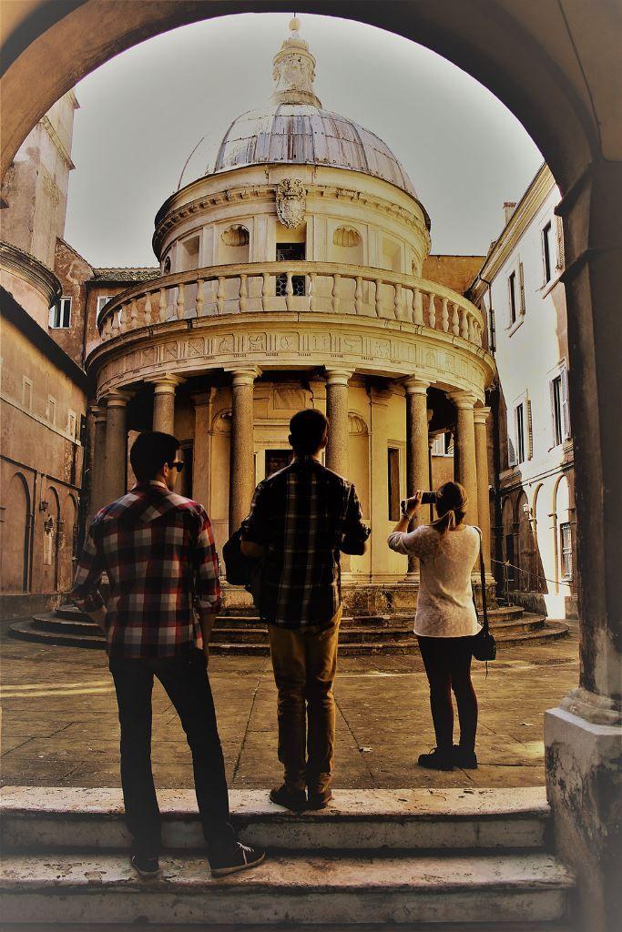 Rzym. Tempietto San Pietro in Montori. Ci hiszpańscy turyści oddają rzeczywista skalę Tempietta. Fot. Jerzy S. Majewski