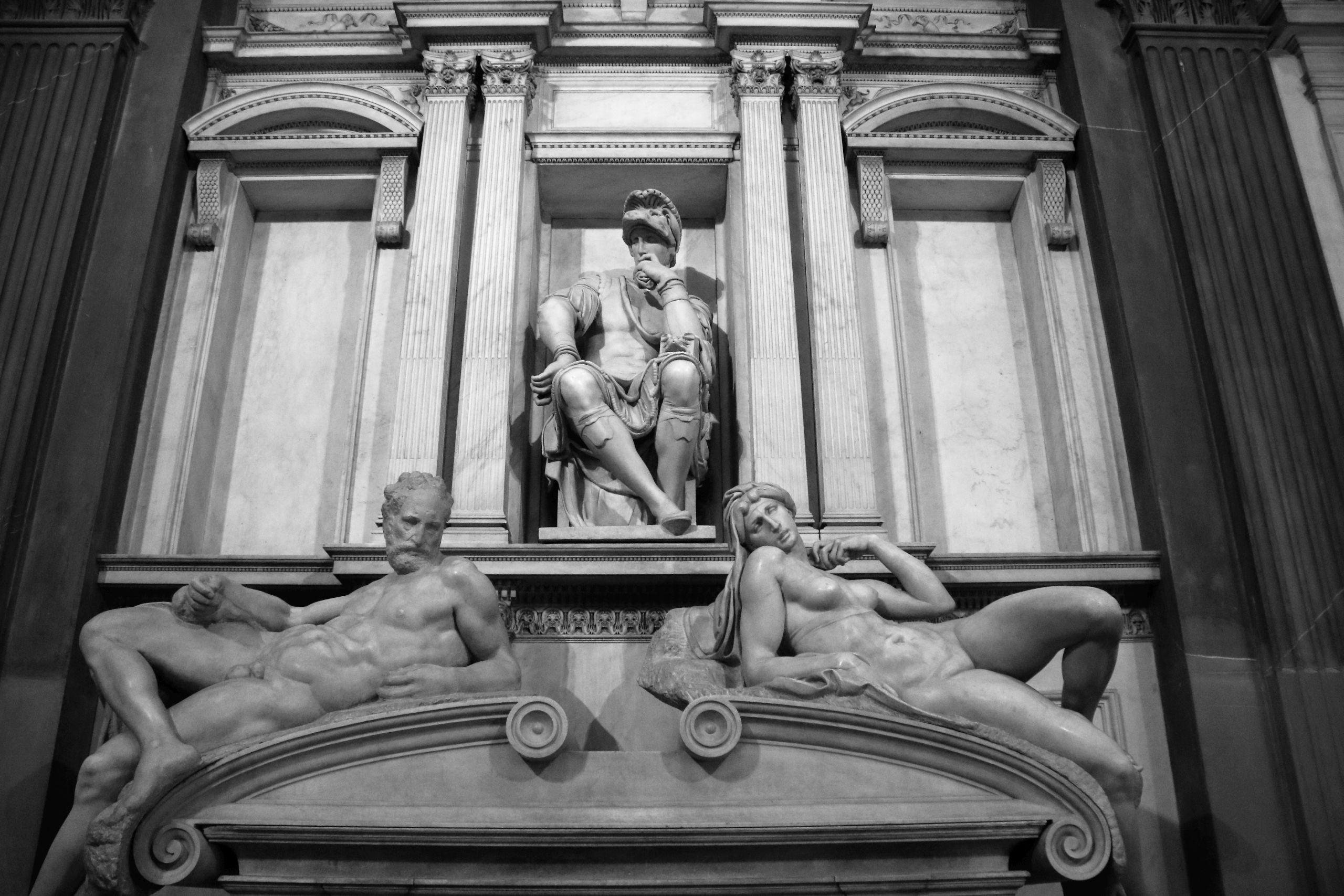 Florencja. Piazza San Lorenzo. Kaplica Medyceuszy. Pomnik