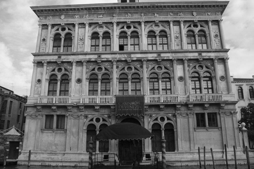 Wenecja. Canale Grande. Palazzo Vendramin-Calergi. Projekt Mauro Codussi 1500-04. Później wykańczany przez architektów i rzeźbiarzy Lombardo. Fot. Jerzy S. Majewski
