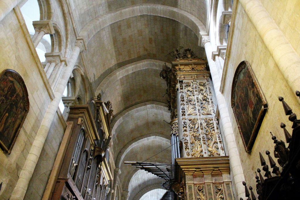 Lugo. Romańsko-gotycka nawa boczna katedry Św. Marii budowanej w latach 1129-1177 na wzór ówczesnej katedry w Santiago de Compostella. Fot. Jerzy S. Majewski