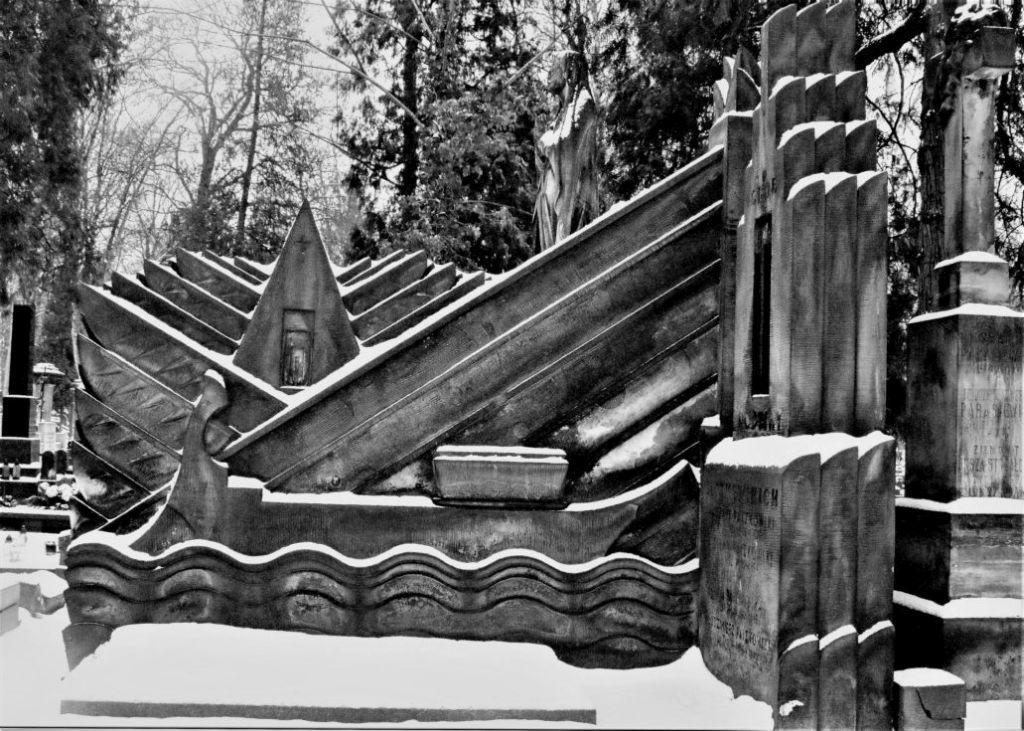 Warszawa. Stare Powązki. Grobowiec Paszkowskich. Projekt Tadeusz Cieślewski syn. 1928. Fot. Jerzy S. Majewski