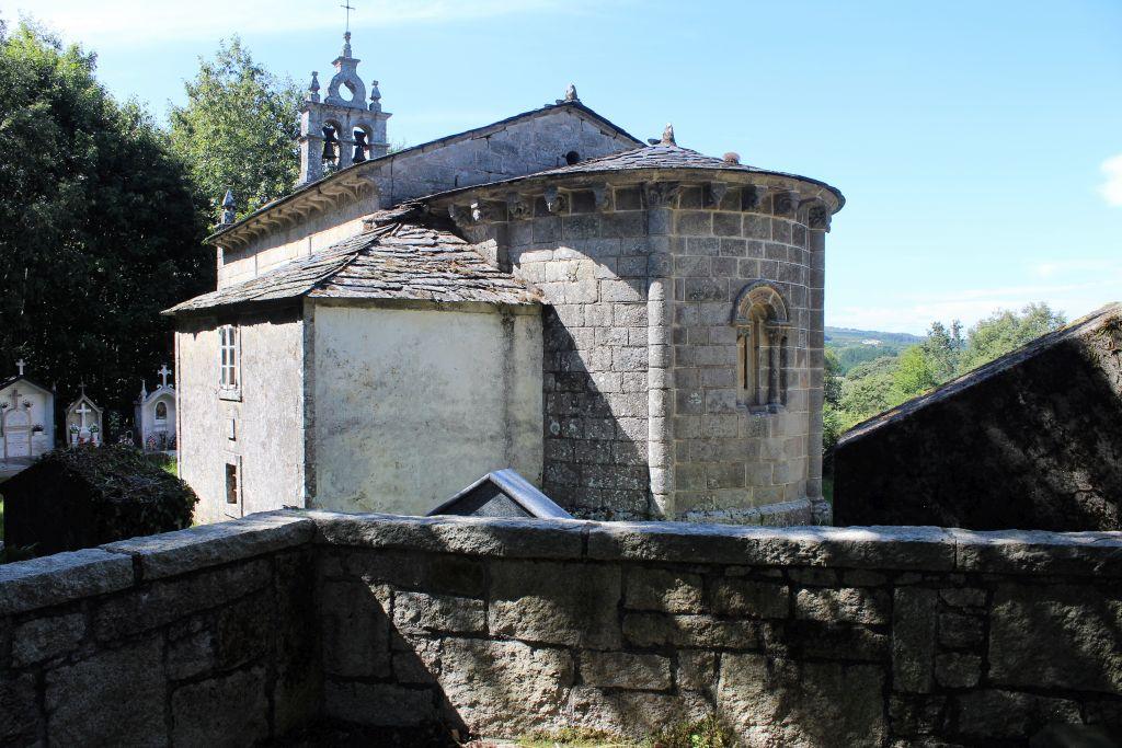 Romański kościół w San Miguel de Bacurin z XIII w. Widok od strony apsydy z oknem oświetlającym ołtarz. Gzyms apsydy wspiera 16 kroksztynów. Fot. Jerzy S. Majewski