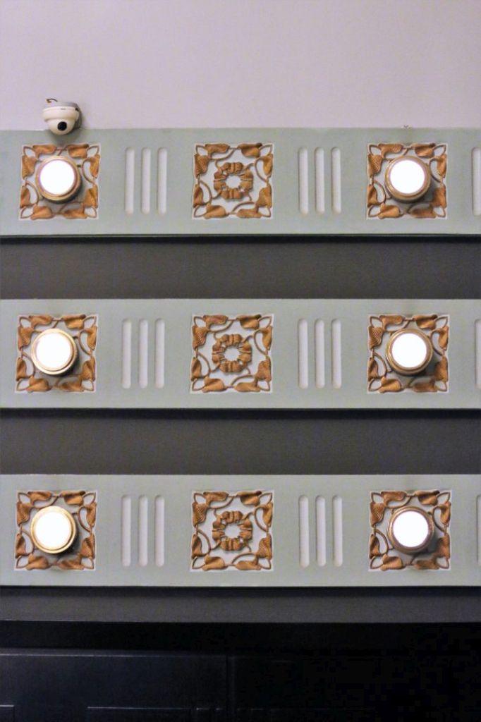 Warszawa Hotel Bristol. Sala Malinowa. Secesyjna dekoracja z wbudowanymi w nią lampami. Projekt Otto Wagner junior. 1899-1900. Fot. Jerzy S. Majewski