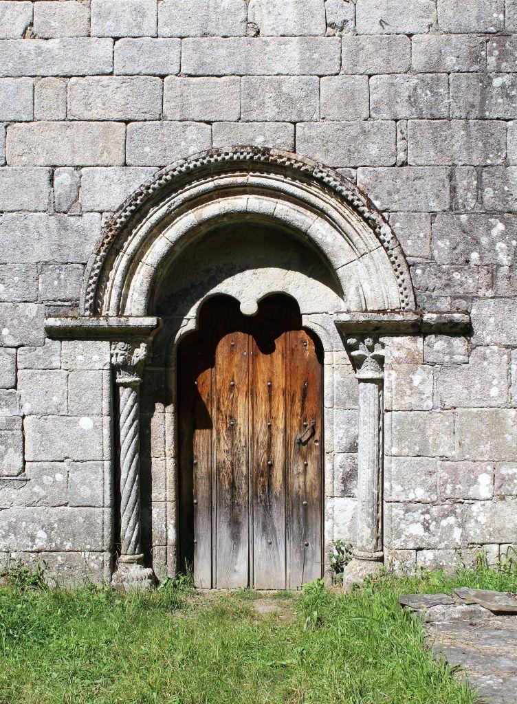 Romański kościół w San Miguel de Bacurin. Portal. Fot. Jerzy S. Majewski