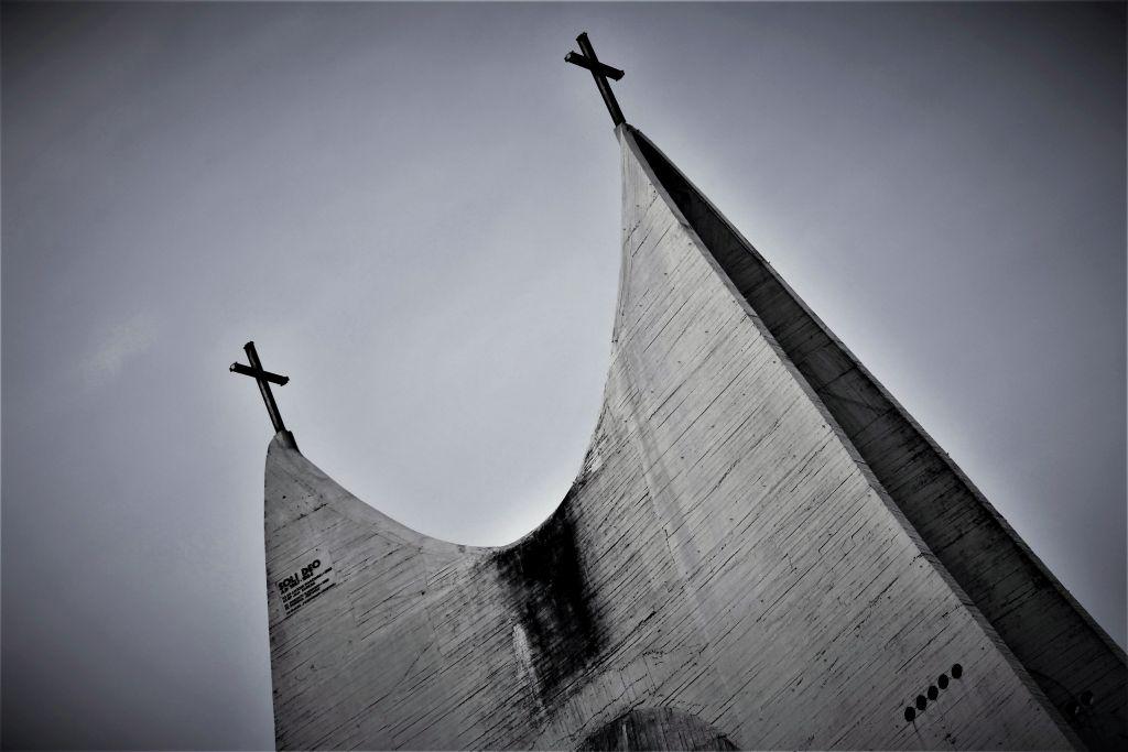 """Kalisz. Kościół Miłosierdzia Bożego. Projekt 1958. Andrzej Fajans, Jerzy Kuźmienko. Realizacja 1977-91. Zwieńczenie """"namiotu"""". Fot. Jerzy S. Majewski"""