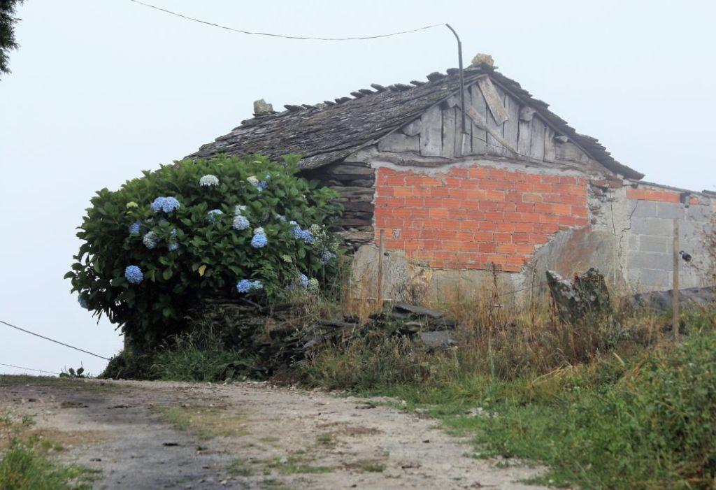 Pierwszy budynek zapowiadający wieś O'Burgo. Fot. Jerzy S. Majewski