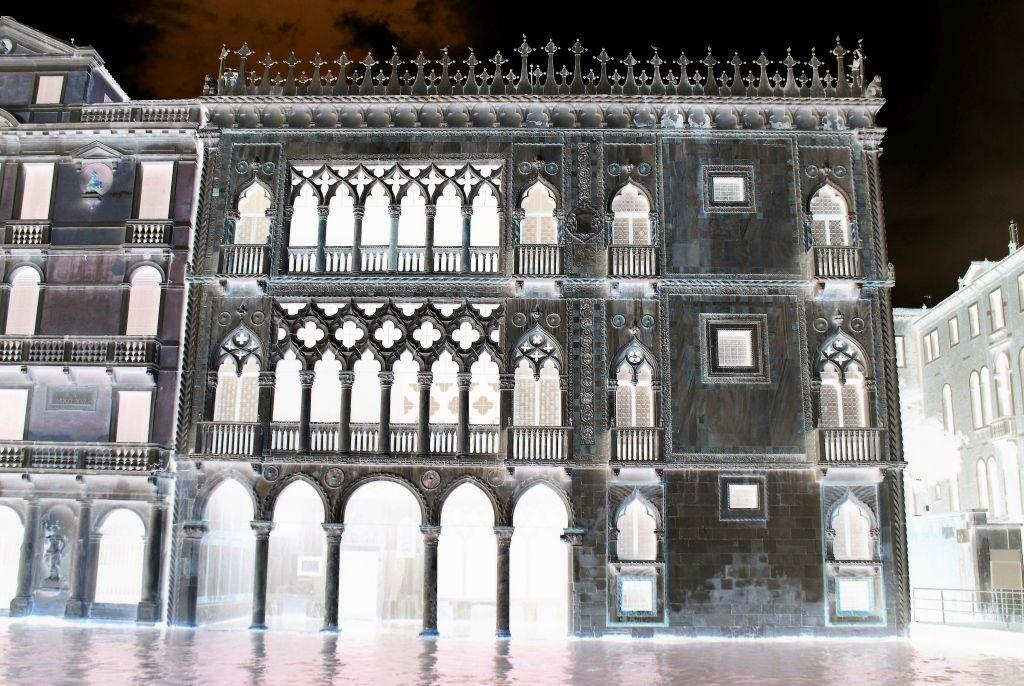 Wenecja. Canale Grande. Dla porównania koronkowa fasada gotyckiego Palazzo Ca' d'Oro realizowanego od 1421 r. Fot. Jerzy S. Majewski