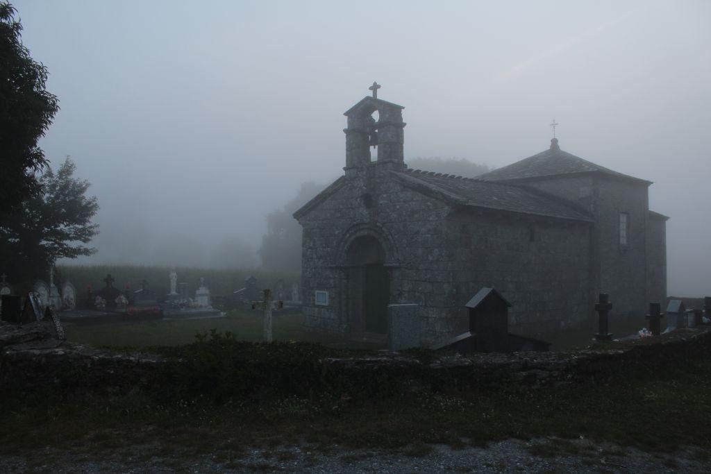 Romański kościółek San Romao da Retorta z XII w., o mglistym, galicyjskim poranku. Fot. Jerzy S. Majewski