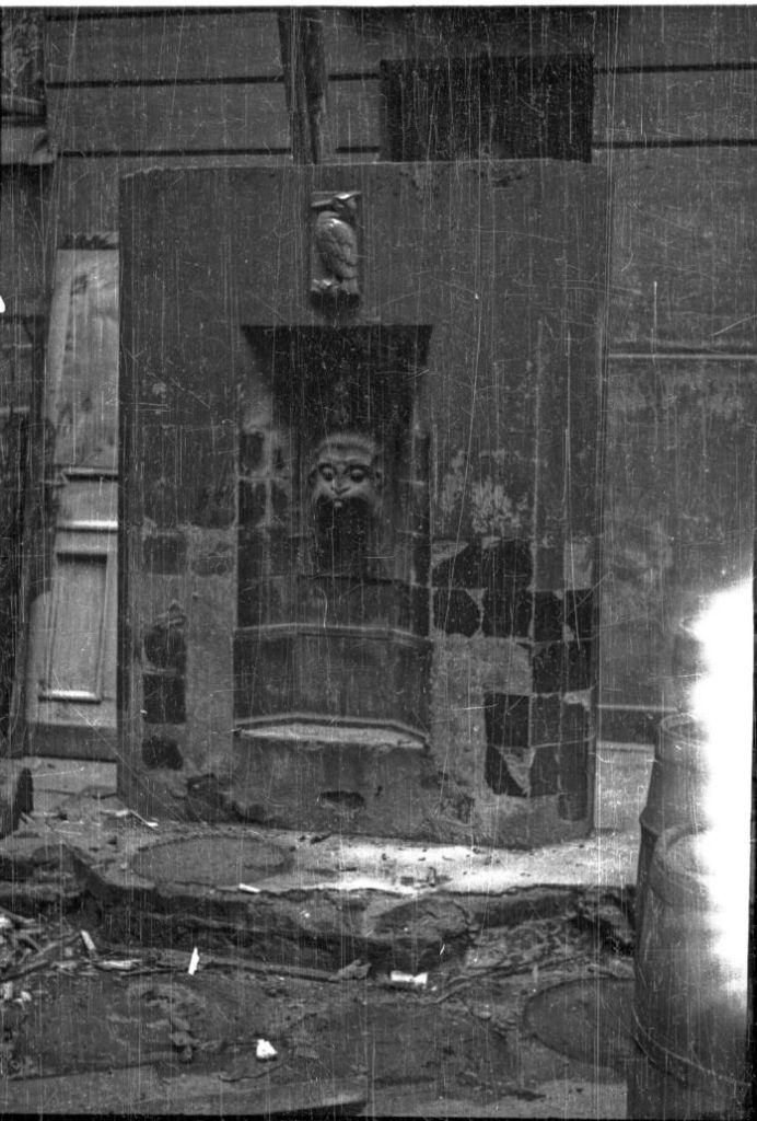 Ceramiczne lavabo na dziedzińcu kamienicy przy Marszałkowskiej 81. Zdjęcie wykonane kilka lat po wojnie. Fot. Karol Pęcherski