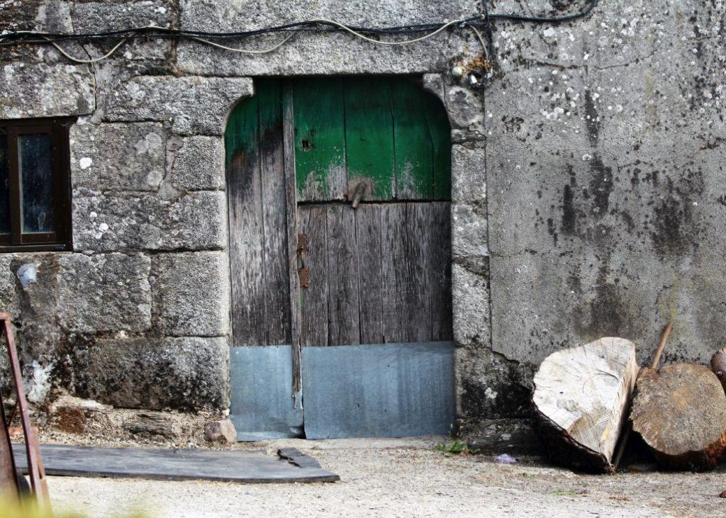 O'Burgo. Portal w budynku gospodarczym. Fot. Jerzy S. Majewski