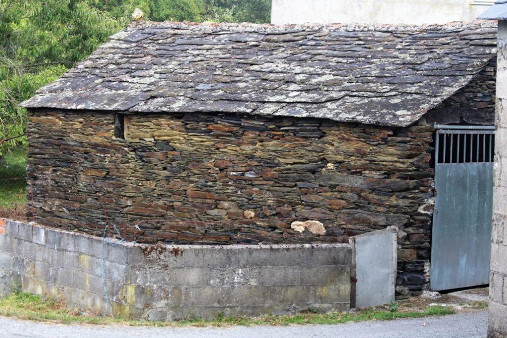 Wieś O'Burgo. tradycyjny, kamienny budynek gospodarczy kryty łupkiem. Fot. Jerzy S. Majewski