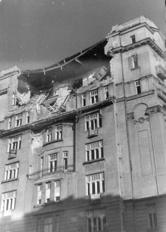 Warszawa. Kamienica przy Marszałkowskiej 1. Zniszczone dwa ostatnie piętra we wrześniu 1939 r. To zdjęcie przekonuje że budynek nie ma szkieletu żelbetowego. Zdjęcie ze zbioru Jerzego Syty. Obecnie w zbiorach MPW