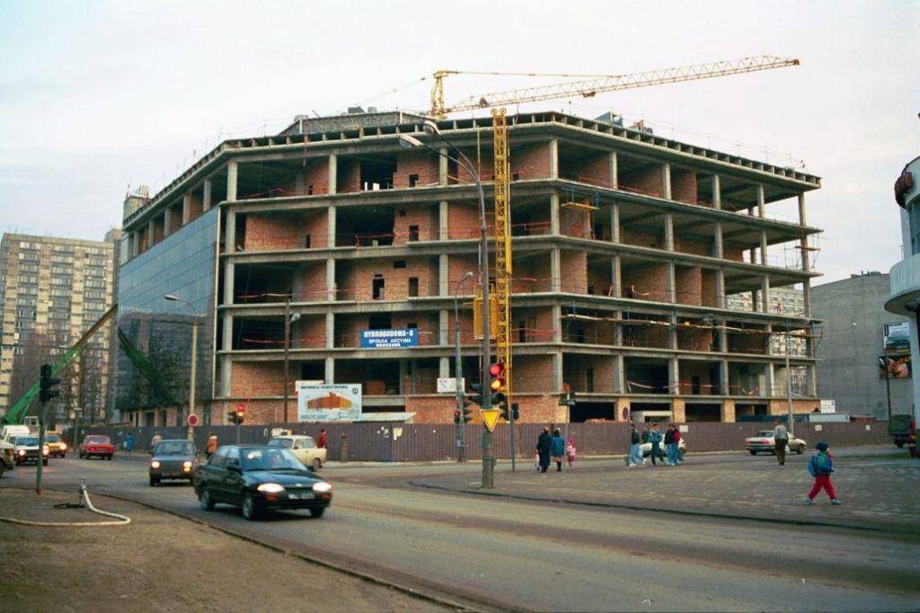 Nowy budynek mennicy u zbiegu Żelaznej i Grzybowskiej. Zdjęcie z czasów budowy w 1994 r. Fot. Jerzy S. Majewski