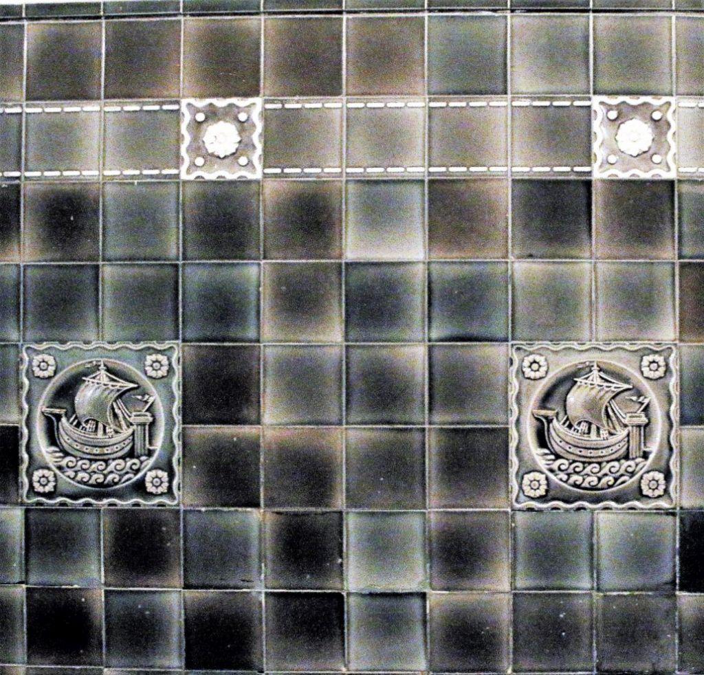 Kamienica przy Siennej 54 sprzed 1914 r. Kafle z żaglowcami. Fot. Jerzy S. Majewski