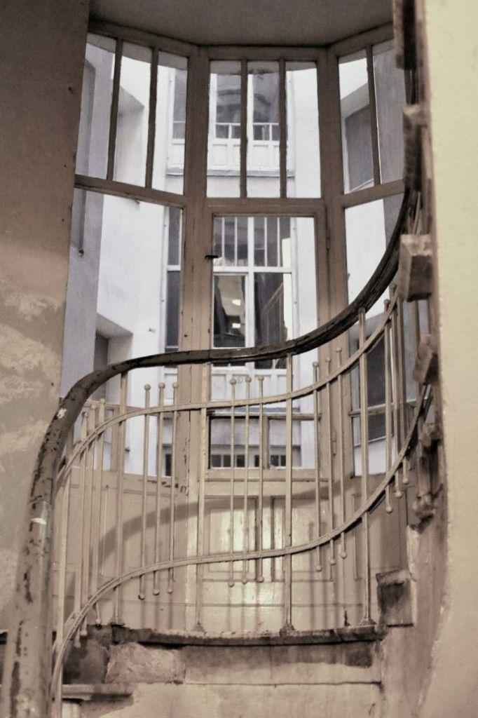 Warszawa. Kamienica przy Marszałkowskiej 1. Balustrada na klatce schodowej. Fot. Jerzy S. Majewski
