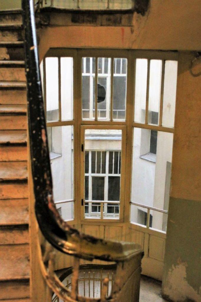 Warszawa. Kamienica przy Marszałkowskiej 1. Widok z klatki schodowej na podwórko. Fot. Jerzy S. Majewski