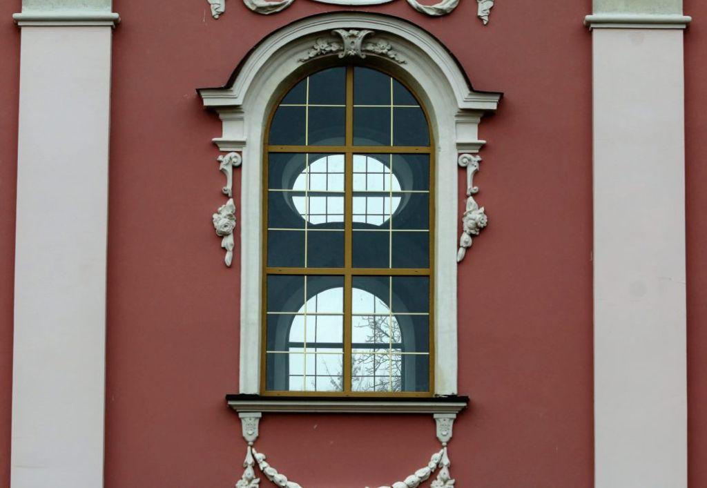 Wołczyn. Wnętrze świątyni niczym pawilon ogrodowy oświetlają ogromne okna. Fot. Jerzy S. Majewski