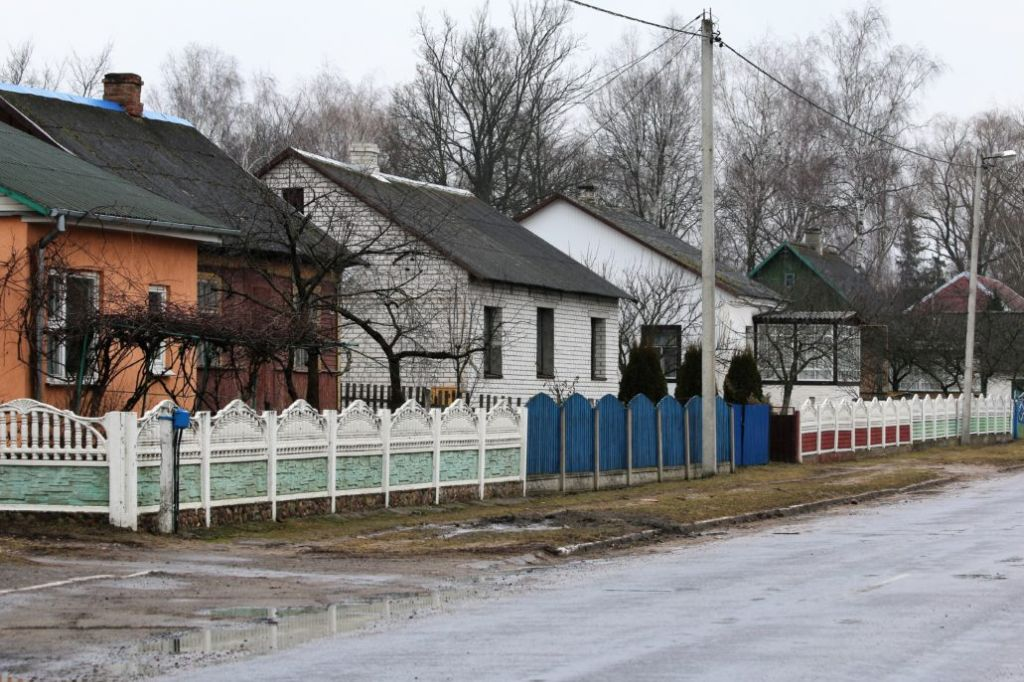 Ulica w Wołczynie. Jej perspektywę zamyka kościół. Fot. Jerzy S. Majewski