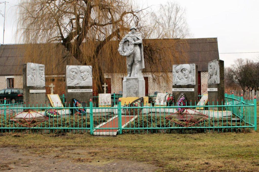 Wołczyn. Dość typowy, wiejski pomnik żołnierzy radzieckich. Fot. Jerzy S. Majewski