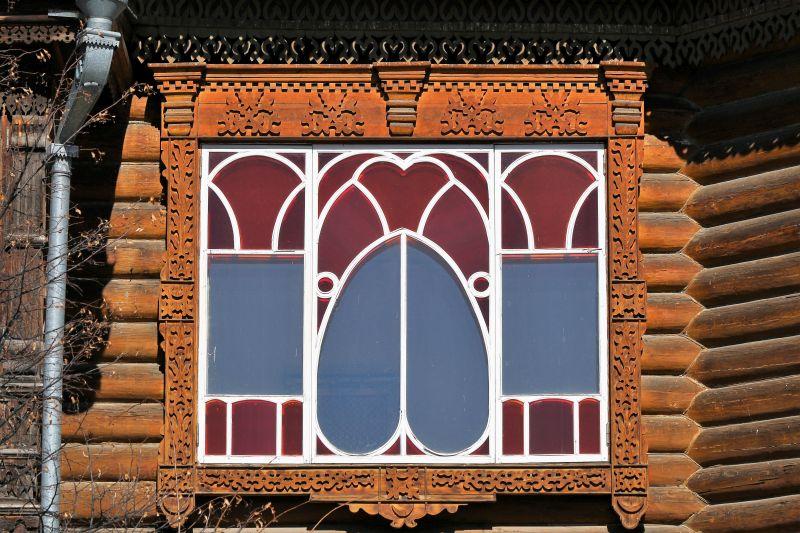 Jekaterynburg. Ul. Sacco i Vanzettiego. Secesyjne okno w bajkowym, drewnianym domu kupców Agafurowych z lat 1896-1898. Fot. Jerzy S. Majewski