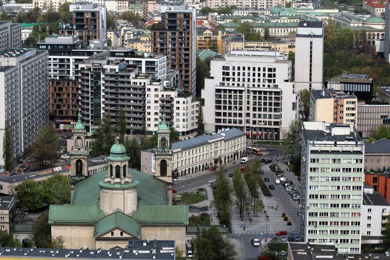Warszawa. Plac Grzybowski z kościołem Wszystkich Świętych na pierwszym tle. Fot. Jerzy S. Majewski