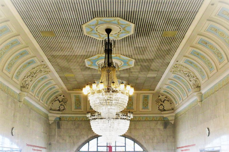 Jekaterynburg. O wnętrzu hali dworca kolejowego z powodzeniem można powiedzieć, że powstało w stylu stalinowskiego empiru. Fot. Jerzy S. Majewski