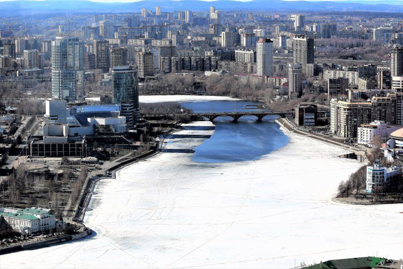 Jekaterynburg. Widok na Gorodskij Prud (Staw Miejski) z dachu wieżowca Wysockij. Fot. Jerzy S. Majewski