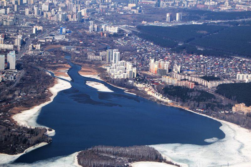 Jekaterynburg. Nawet na głębokich przedmieściach powstają kompleksy wysokich domów mieszkalnych. Fot. Jerzy S. Majewski
