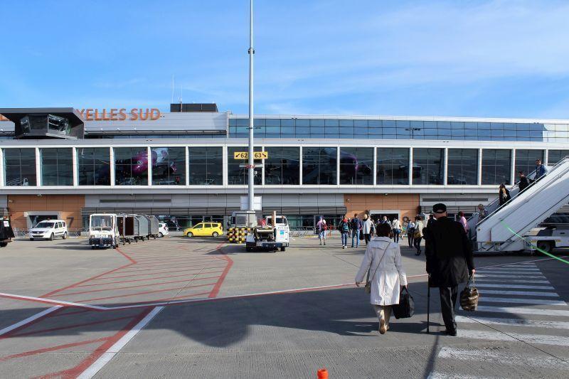 Lotnisko Bruksela Charleroi. Lotnisko obsługuje tanie linie lotnicze. Z samolotu do terminalu przechodzi się piechotą. Fot. Jerzy S. Majewski