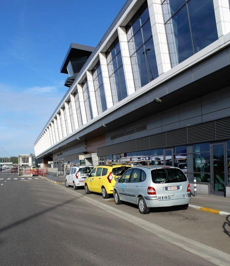 Lotnisko Bruksela Charleroi. Tak jeszcze w 2015 r. wyglądała fasada terminalu z podjazdem dla taksówek, samochodów i autobusów