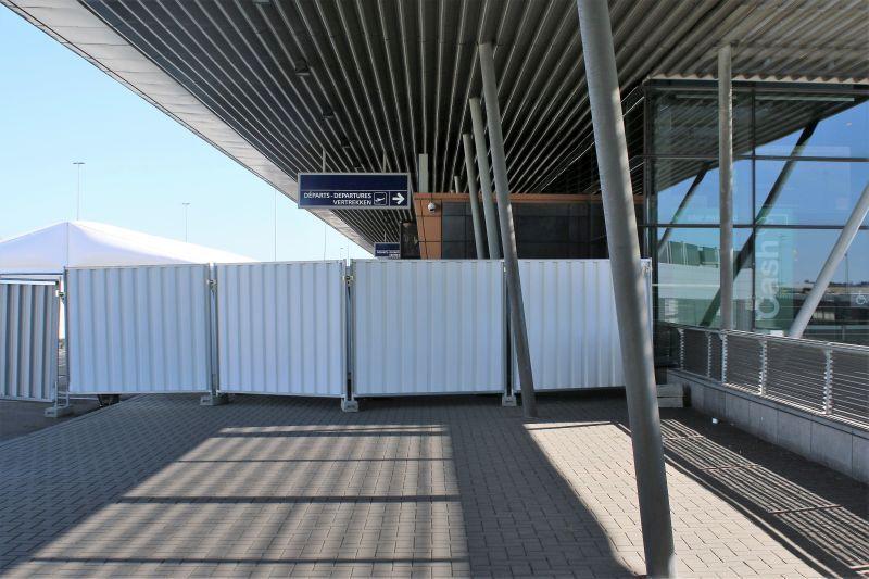 Lotnisko Bruksela Charleroi. Dziś podjazd pod lotnisko ogrodzony jest blaszanymi płotami. Fot. Jerzy S. Majewski
